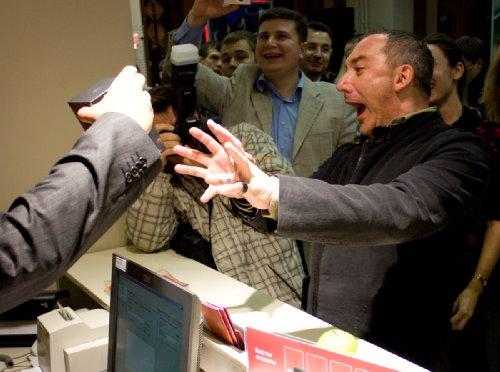 Начало продаж iPhone в офисе МТС